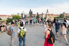 查尔斯桥梁的人们在伏尔塔瓦河河,布拉格,捷克 免版税库存图片