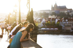 查尔斯桥梁的游人在布拉格,捷克 库存照片