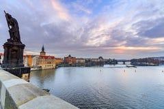 从查尔斯桥梁的看法到在河伏尔塔瓦河的右岸Smetana博物馆在老镇布拉格 免版税库存照片