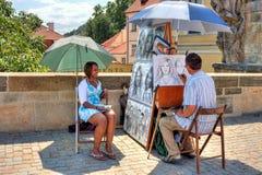 查尔斯桥梁的街道画家在布拉格。 免版税库存照片