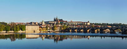 查尔斯桥梁看法在伏尔塔瓦河河和Gradchany (布拉格C的 免版税库存图片