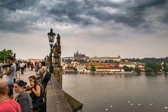 查尔斯桥梁看法在有游人和音乐家的布拉格 免版税库存图片
