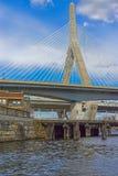 查尔斯河和伦纳德Zakim邦克山纪念桥梁波士顿 免版税库存图片
