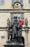 查尔斯・达尔文雕象舒兹伯利图书馆外 免版税库存照片