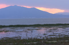 查帕拉湖和山在日落 免版税库存照片