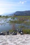 查帕拉湖小船鸟码头和山 库存照片