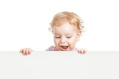 查找下来在空白emty横幅之后的孩子 免版税库存图片