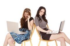 查找二名妇女的膝上型计算机 库存照片