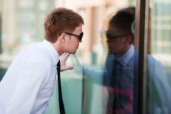 查找人视窗年轻人 免版税库存照片