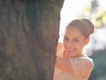 查找从结构树的愉快的女孩 免版税库存图片
