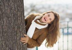 查找从结构树的愉快的少妇 库存照片