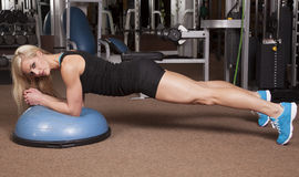 查找健身房的妇女手肘 免版税库存图片