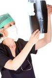 查找光芒的医生女性膝盖x 免版税库存照片
