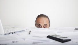 查找在办公室之后表的担心的人表面  免版税图库摄影