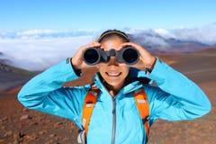 查找在双筒望远镜的远足者 图库摄影