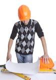 查找在图纸的建筑师 免版税图库摄影
