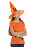 查找在复制空间的万圣节帽子的愉快的妇女 库存图片