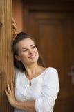 查找在复制空间的门阶的愉快的妇女 免版税库存照片