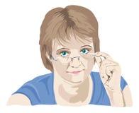 查找在她的玻璃的成熟妇女 免版税库存图片