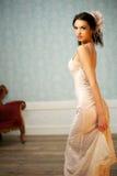 查找在她的肩膀的典雅的新新娘 免版税库存图片