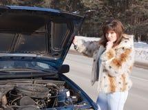 查找在妇女之下的汽车敞篷 库存照片