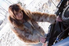 查找在妇女之下的汽车敞篷 免版税库存照片
