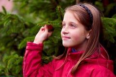 查找在摆在的女孩绿色孩子结构树附&# 免版税图库摄影