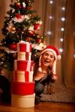 查找在结构树妇女附近的圣诞节礼品 免版税图库摄影