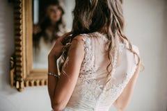 查找在镜子的美丽的新新娘 库存照片