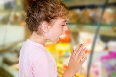 查找在食物店显示的儿童小女孩 免版税库存照片