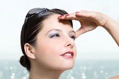 查找太阳镜妇女的海滩 免版税库存照片