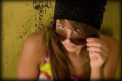 查找太阳镜的照相机女孩 免版税图库摄影