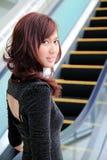 查找妇女的亚洲人回到电梯 免版税图库摄影