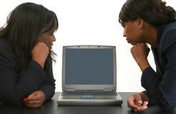 查找妇女的企业膝上型计算机 免版税库存照片
