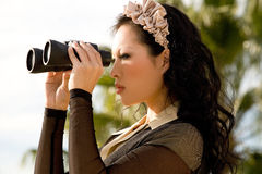 查找妇女的双筒望远镜 免版税库存照片