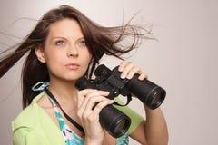 查找妇女的有吸引力的美丽的binocu 免版税库存照片
