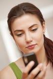 查找妇女的移动电话 库存照片