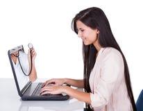 查找妇女的膝上型计算机 库存照片
