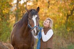查找妇女的马 免版税库存图片