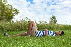 查找对天空的小印第安男孩 免版税库存图片