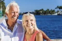 查找对热带海运或河的愉快的高级夫妇 免版税库存照片