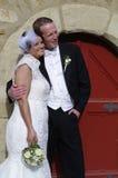 查找对端的愉快的婚礼夫妇 免版税库存图片
