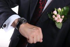 查找手表的新郎 免版税库存图片