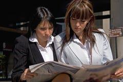 查找报纸的女实业家 免版税库存图片