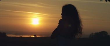 查找日落的女孩 免版税库存照片