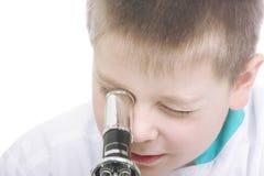 查找显微镜的特写镜头孩子 免版税图库摄影