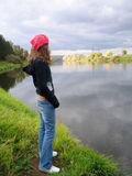 查找水的女孩 免版税图库摄影