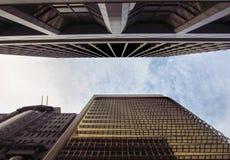 查找照片天空摩天大楼直接被采取的二的蓝色底部结算 免版税库存图片