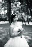 查找照片纵向姿势白色的美好的黑色深色的古典女孩魅力您 新娘画象有花束的 免版税库存照片