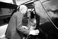 查找照片纵向姿势白色的美好的黑色深色的古典女孩魅力您 愉快的夫妇谈话在婚礼大型高级轿车附近 免版税库存照片